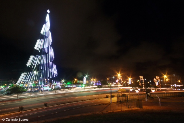 A Árvore de Natal de Mirassol foi inaugurada nesta noite de quarta-feira para deixar nossa Cidade em cl ima Natalino.
