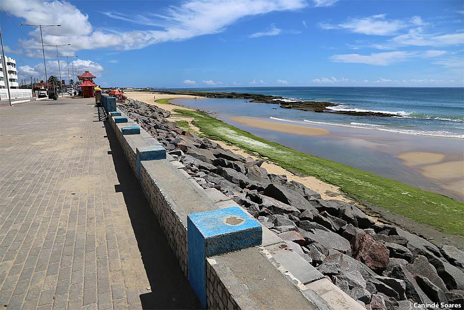 Praia do Meio e da Redinha estão praticamente desertas em tempo de coronavírus. Registro feito por volta das 9h30 da manhã deste domingo 23 de março.  Esta é a atitude que devemos ter.