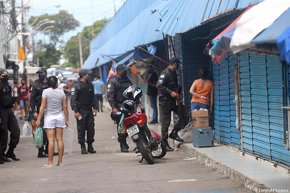 PM fecha comércio do Alecrim em cumprimento ao Decreto do Governo mas a movimentação de pessoas continua enorme