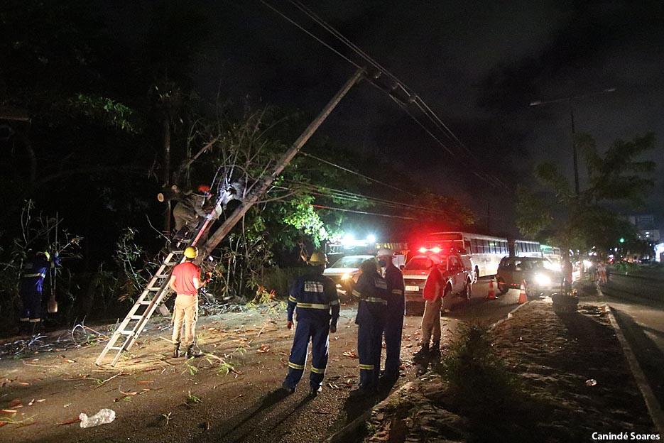 Acidente nesta noite de domingo, 10, na Av. Dr. João Medeiros sentido Redinha, próximo a entrada da Av. Moema Tinoco. Carro colide em poste mas é retirado do local em seguida.