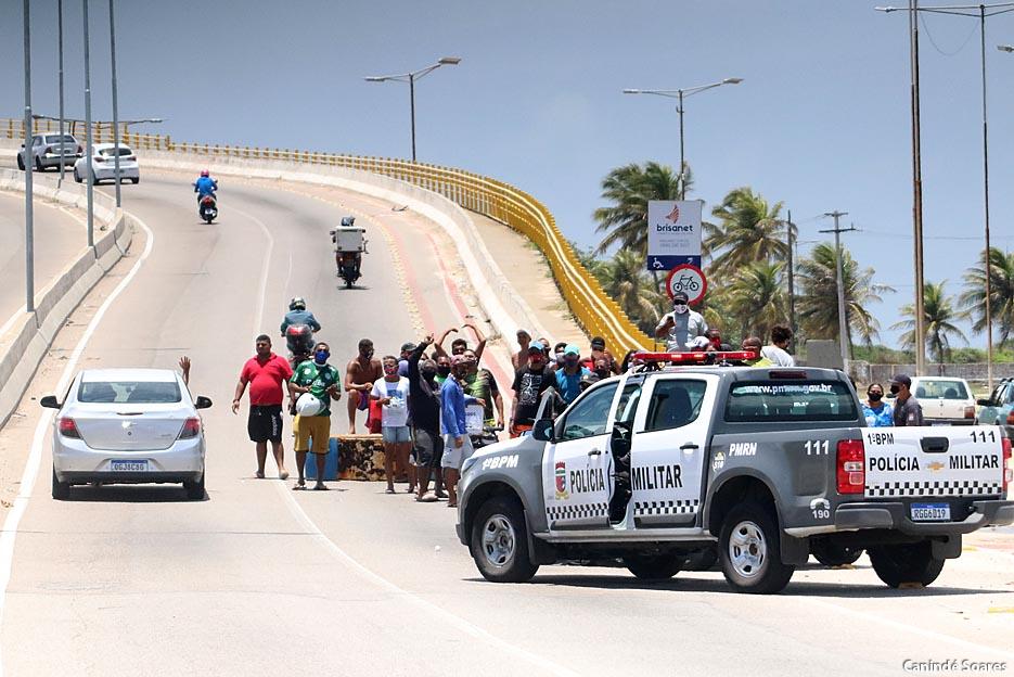 Ambulantes fizeram protesto na Ponte Newton por causa do fechamento das praias
