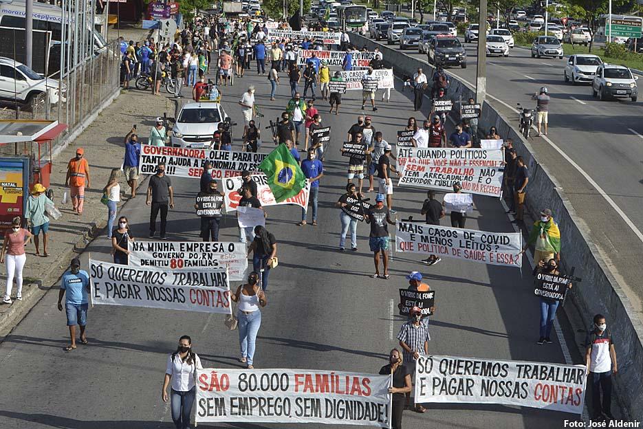 Trabalhadores realizam protesto em Natal reivindicando retorno das atividades.