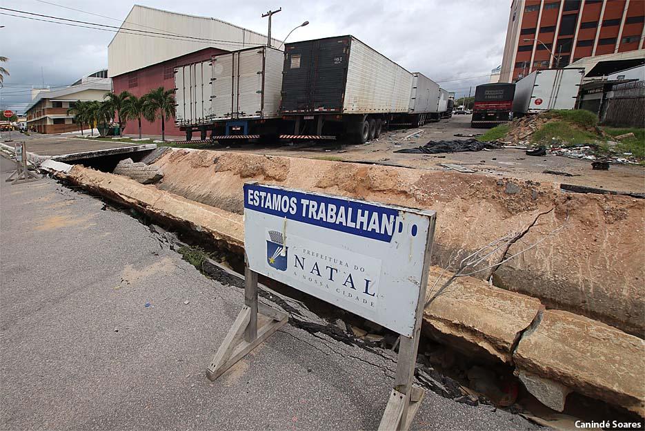 Em 16 de julho do ano passado o asfalto cedeu num trecho da Av. Eng. Hildebrando de Góis nas Rocas. Quase um ano e a avenida continua interditada.