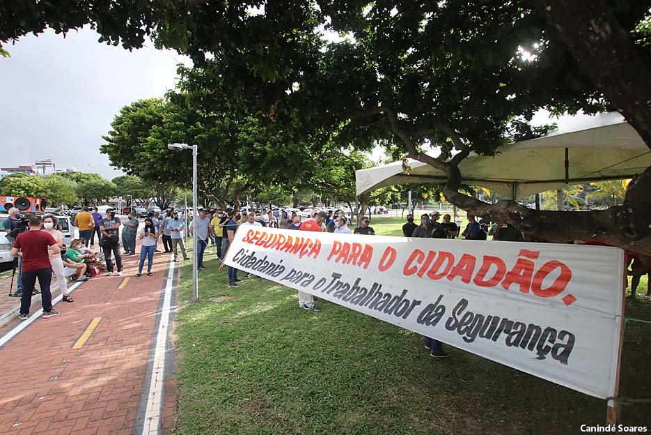 Policiais Militares e Bombeiros fazem manifestação em frente a governadoria nesta terça-feira