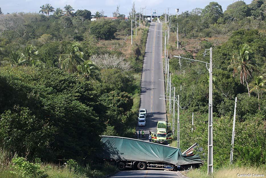 Carreta que transportava produtos químicos tombou na ladeira da estrada de Cajupiranga